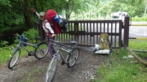途中のイドンナップ山荘のゲート通過!あと19キロ・・・。